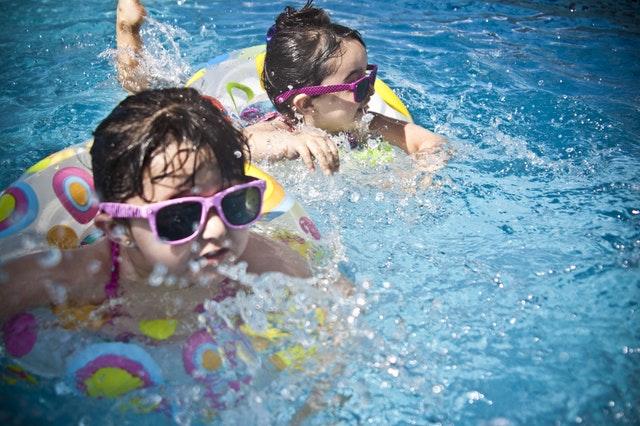 Jak zachęcić dziecko do pływania?