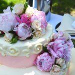 Zdobienia na torcie weselnym