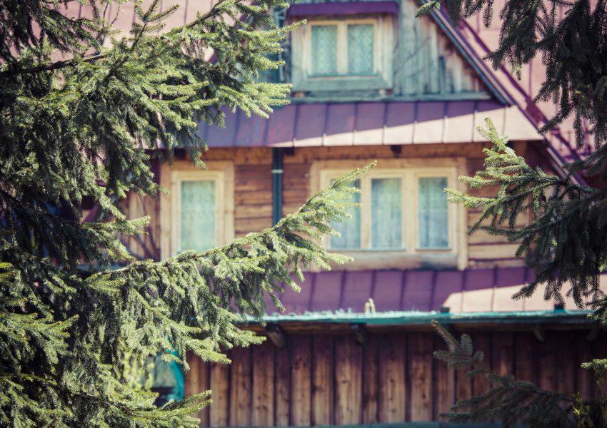 Takie domy zobaczysz tylko w Zakopanem! Kilka słów o stylu zakopiańskim