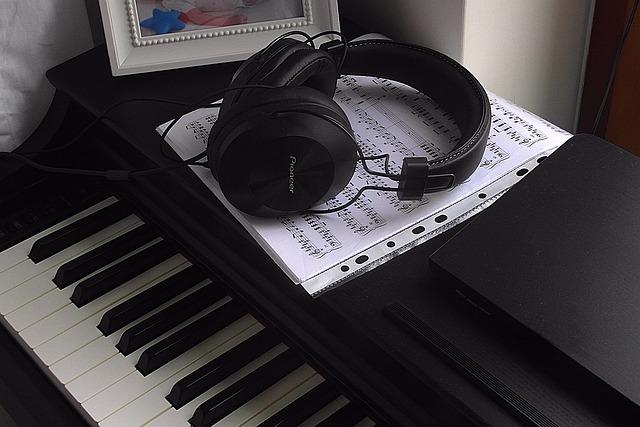 Jak uczyć się gry na pianinie online? Poradnik muzyczny